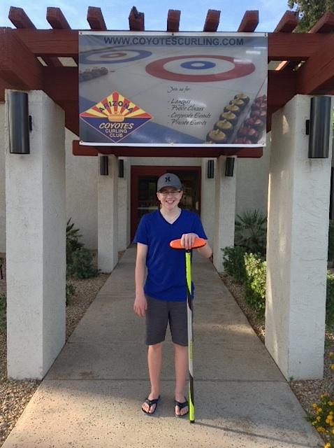 un jeune joueur saskatchewanais essaie la glace de l 39 arizona curling canada. Black Bedroom Furniture Sets. Home Design Ideas